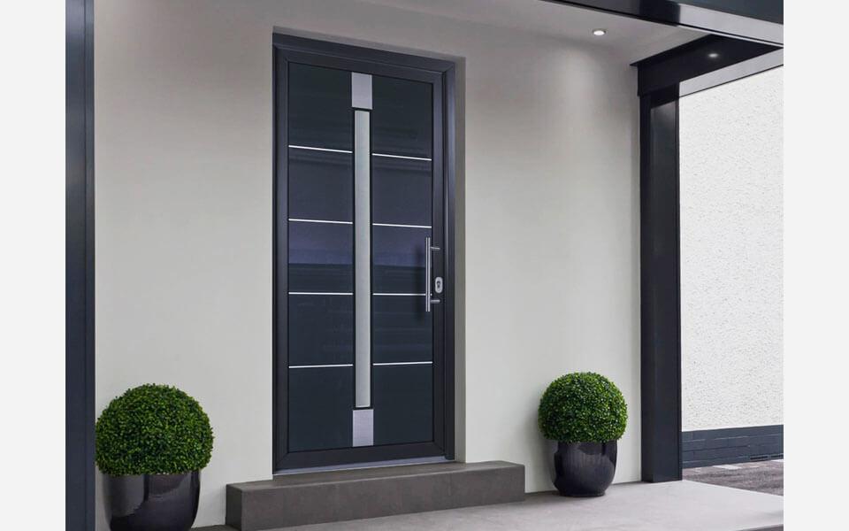 Hliníkové vchodové dvere s úzkym presklením bez svetlíka