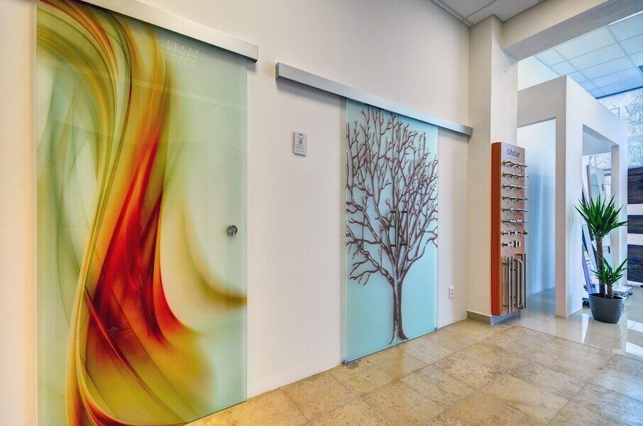 Dverné štúdio Benedoor. Dvere, podlahy a zásteny zo skla
