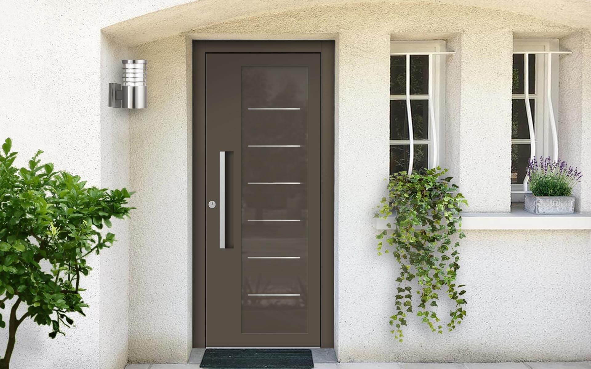 Hliníkové vchodové dvere s odolnou výplňou s dilatačným jadrom v hnedošedej farbe na rodinnom dome
