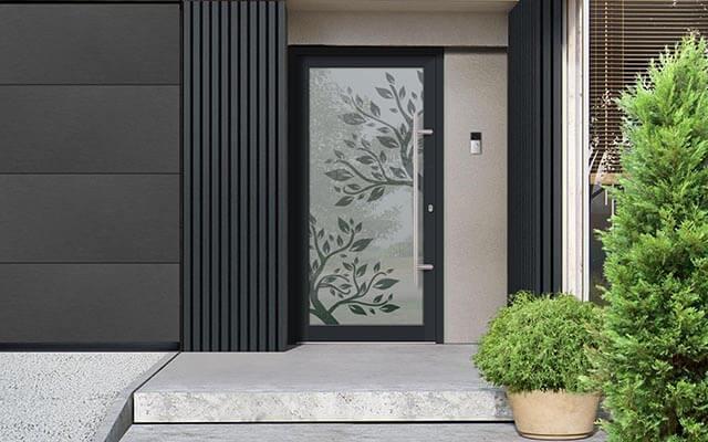 Hliníkové vchodové dvere Vision Glass s pieskovanou celosklenenou dvernou výplňou vyrobené na mieru