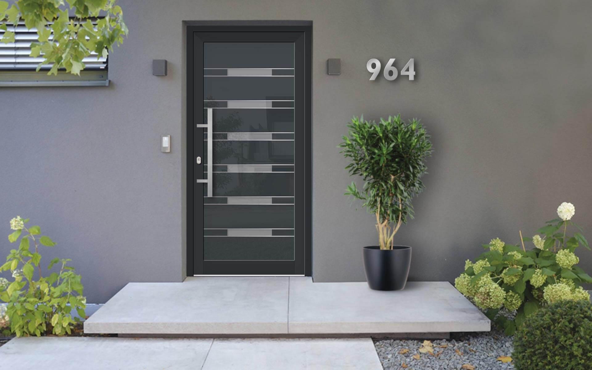 Hliníkové vchodové dvere s odolnou výplňou s dilatačným jadrom v čierno-sivej farbe na rodinnom dome