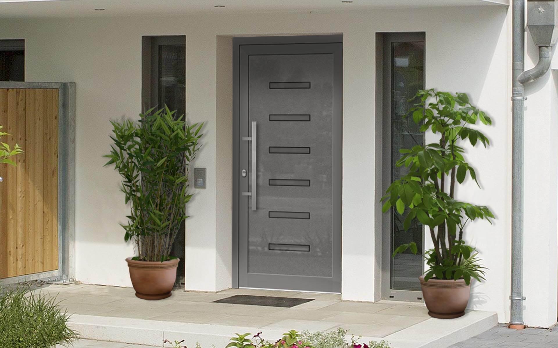 Hliníkové vchodové dvere s odolnou výplňou s dilatačným jadrom v čadičovej farbe na rodinnom dome