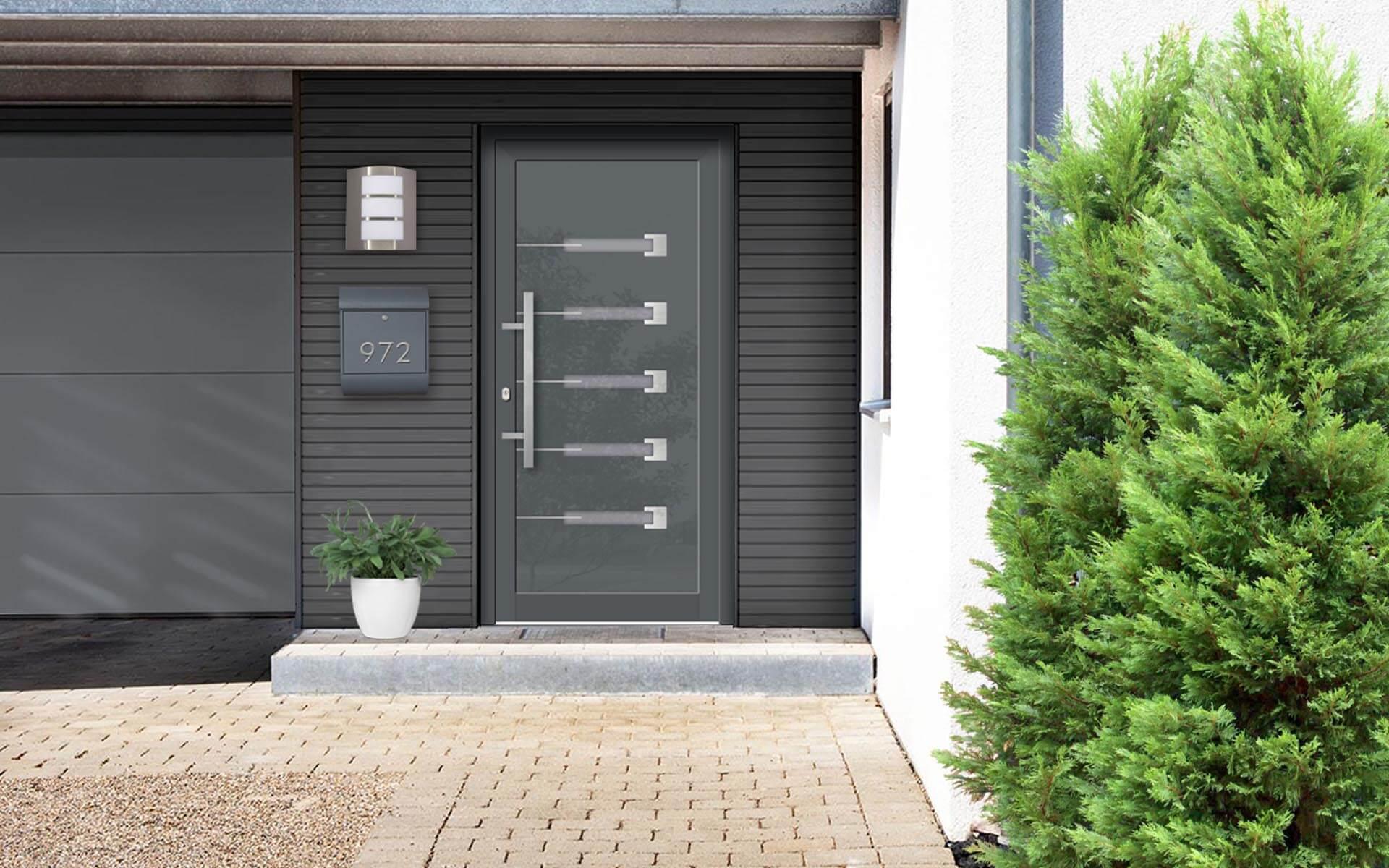 Vchodové hliníkové dvere do domu s odolnou výplňou s dilatačným jadrom s prekrtým krídlom vo farbe RAL 7012