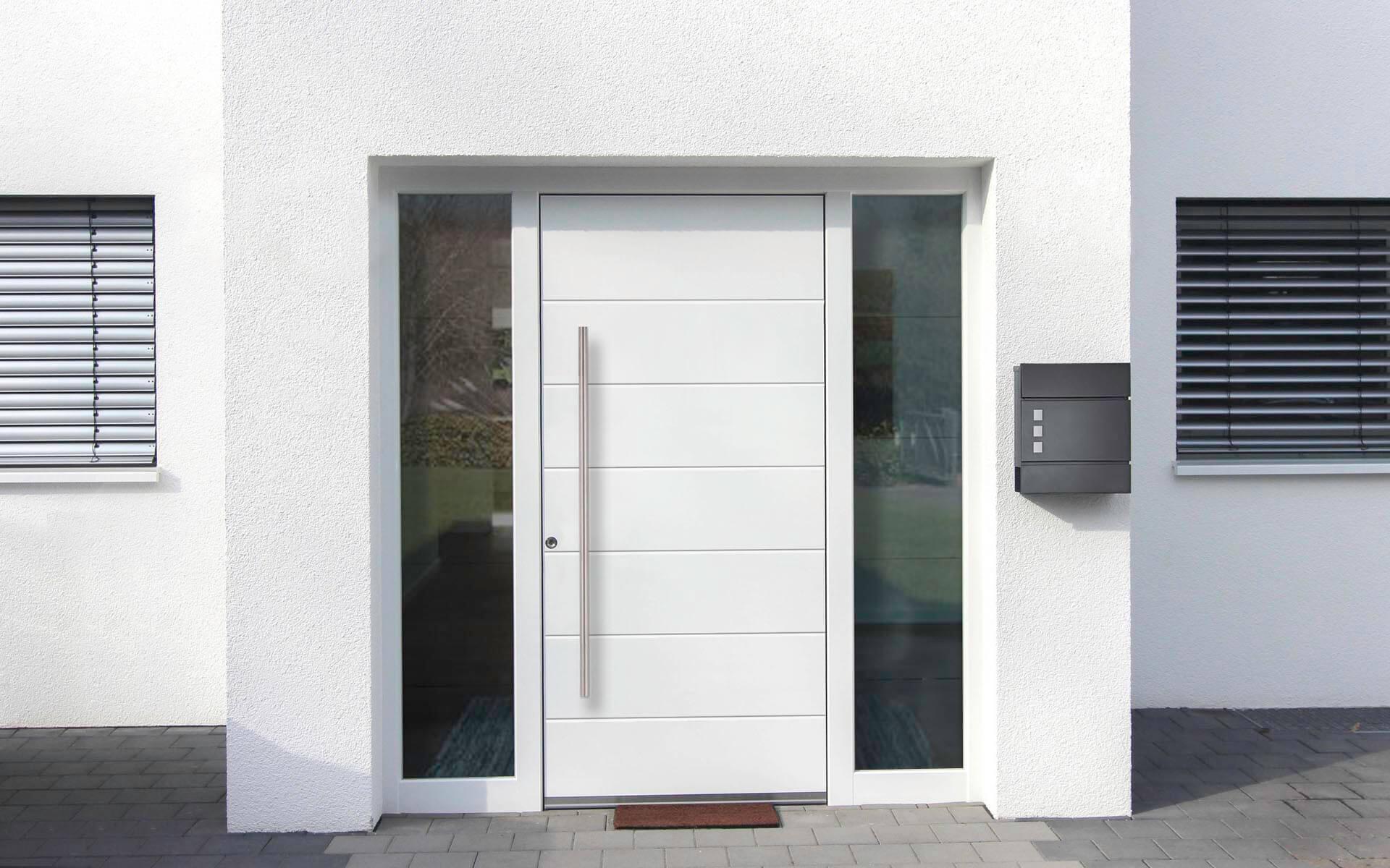Hliníkové vchodové dvere do domu so svetlíkom v bielej farbe RAL 9016