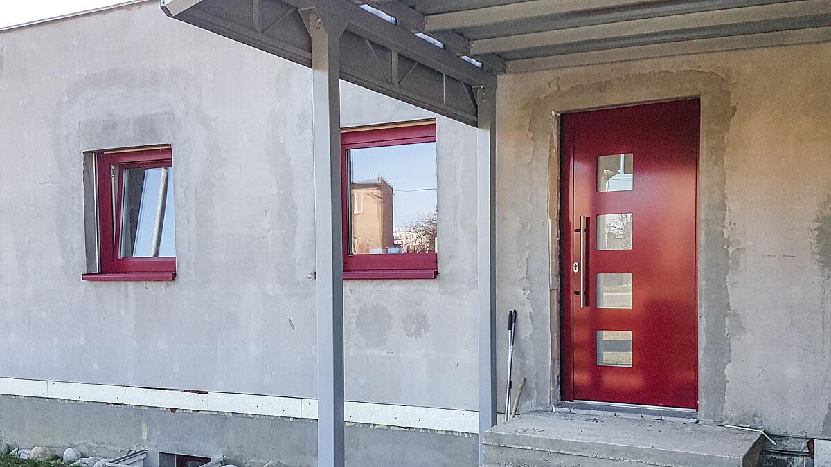 Hliníkové vchodové dvere AV-450. Červená farba dverí RAL 3004