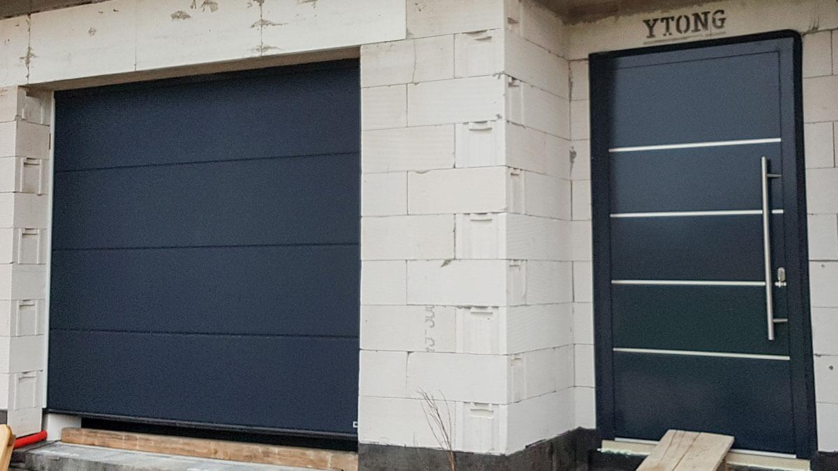Hliníkové vchodové dvere AV-774 vo farbe antracit RAL 7016 a garáž