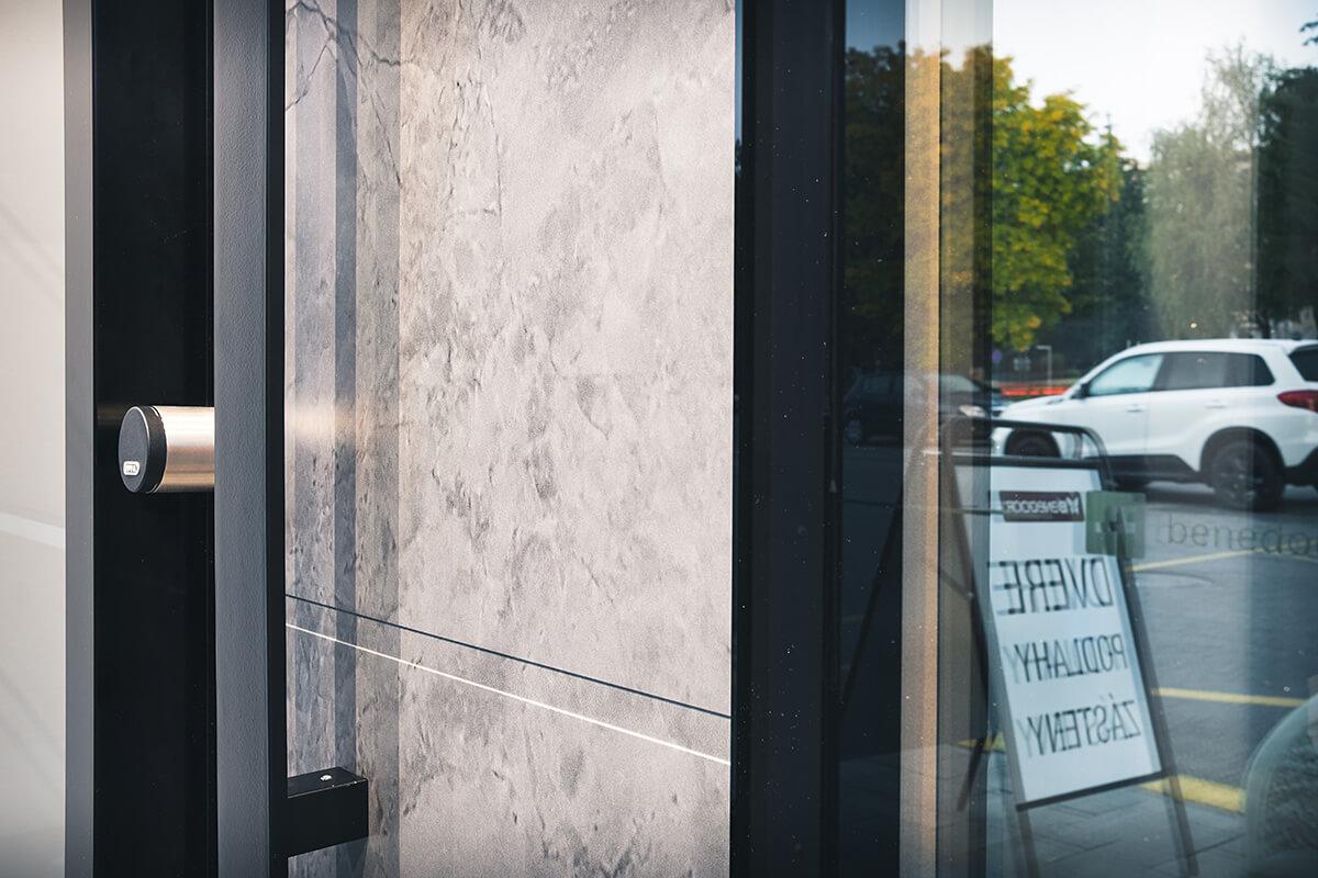 Hliníkové vchodové dvere AVF-G-7703N s dekorom kameň (mramor) a bočným svetlíkom