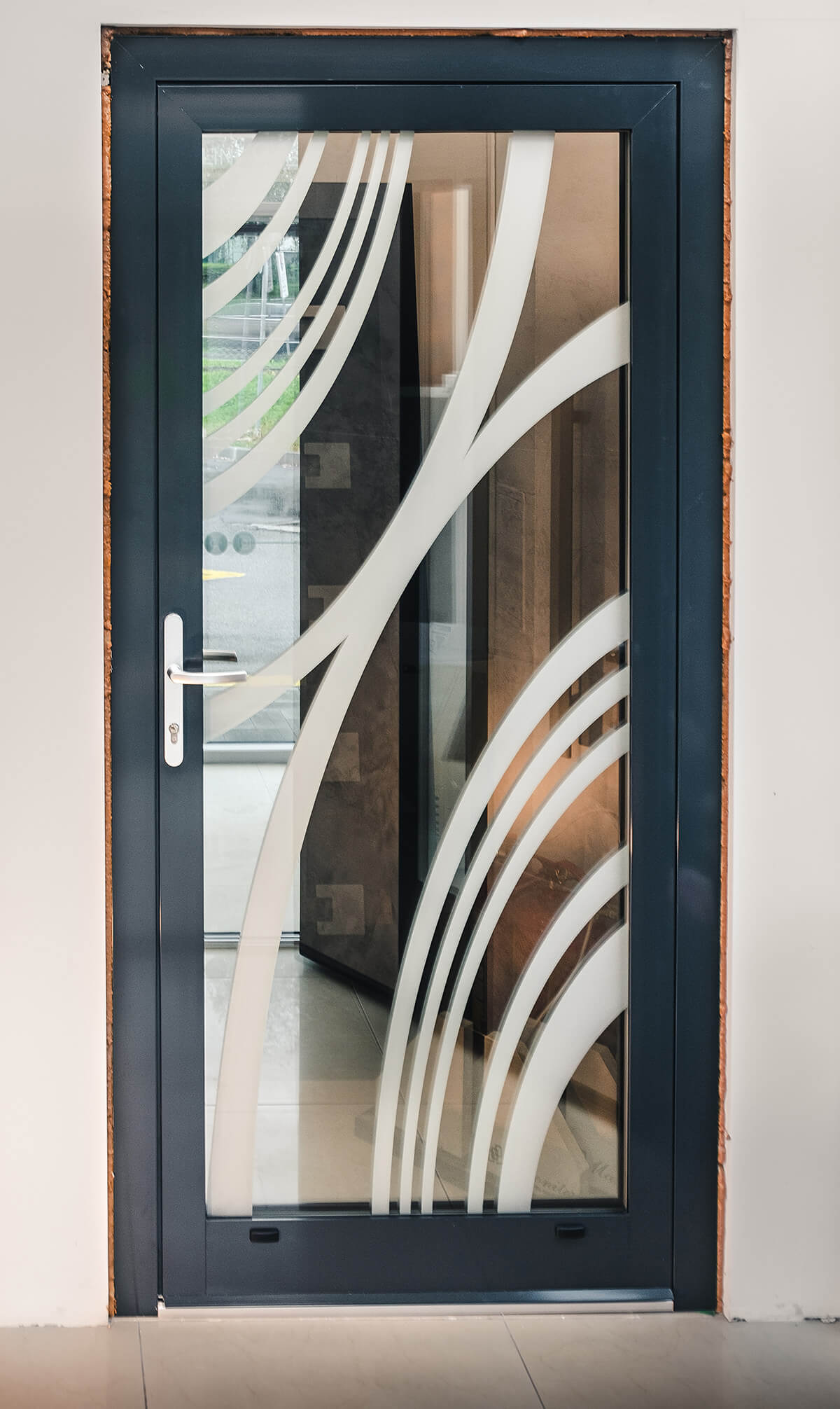 Hliníkové vchodové dvere (sklenené) s pieskovaným vzorom a reflexným sklom