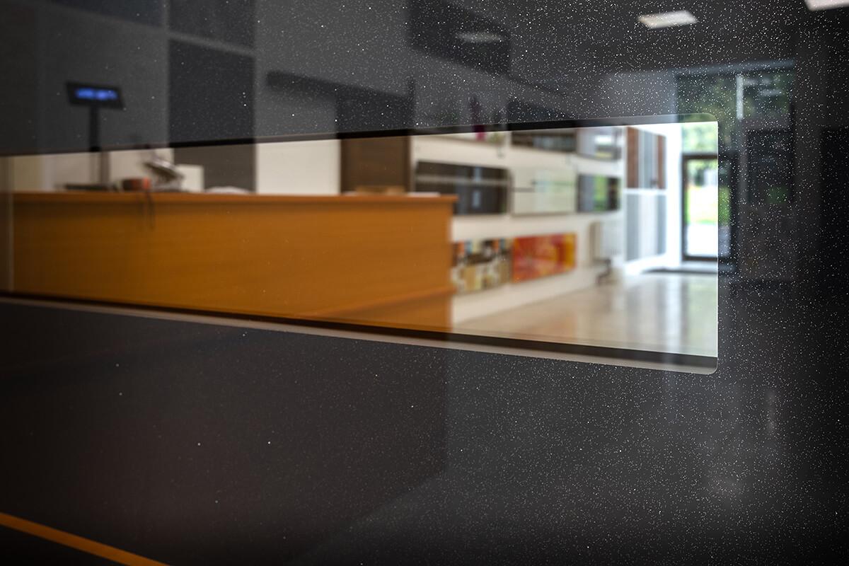 Hliníkové vchodové dvere so svetlíkom s luxusnou sklo-hliníkovou dvernou výplňou EV-963 vo farbe antracit sivý