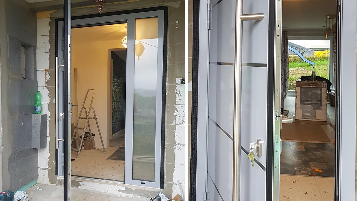 Hliníkové vchodové dvere do domu vo farbe RAL 7040 s prekrytým krídlom a svetlíkom s mliečnym sklom
