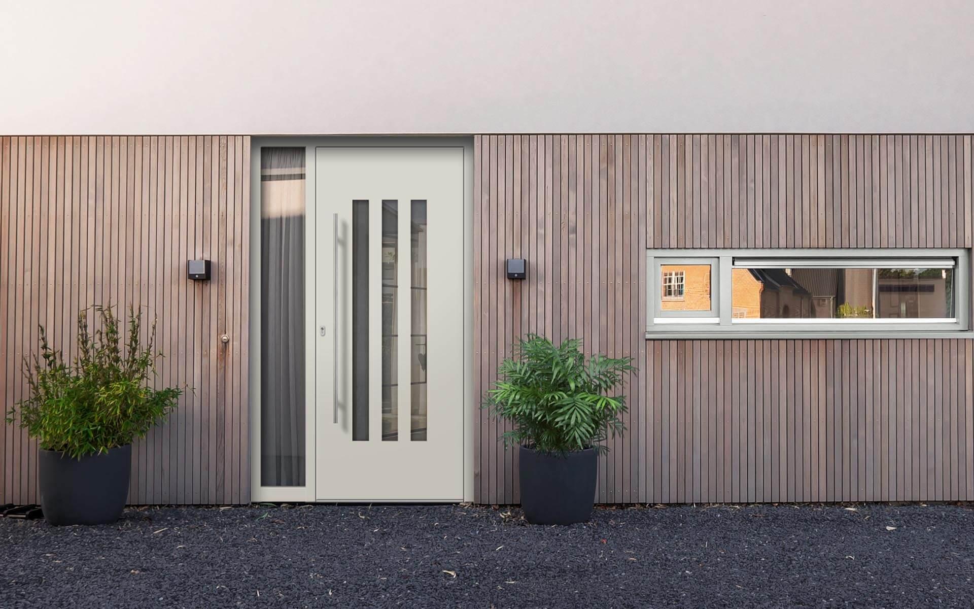 Hliníkové vchodové dvere do domu so svetlíkom vo farbe šedobiela RAL 9002
